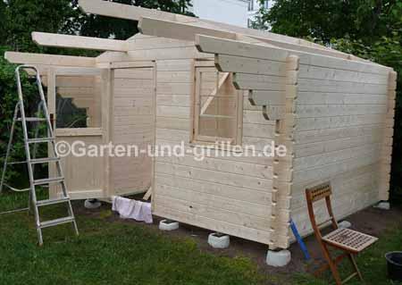 fast fertig aufgebauter Gartenhaus-Bausatz