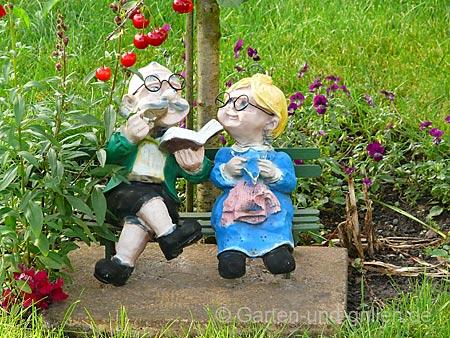 Foto: Figur Mann & Frau im Gartenzwergformat im Gras